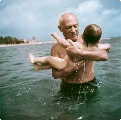 4._capa_pablo_picasso_playing_in_the_water_with_his_son_claude_vallauris_france_small.jpg